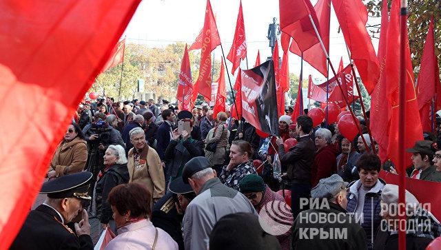 В Севастополе 100-летие революции отметили массовым шествием по центру города