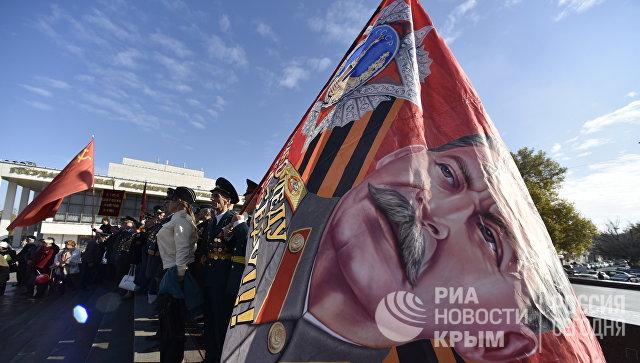 Участники шествия в честь 100-летия Великой Октябрьской социалистической революции в Симферополе