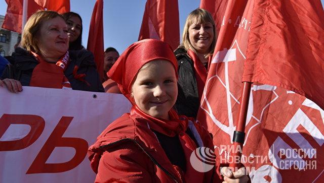 Юная участница шествия в честь 100-летия Великой Октябрьской социалистической революции в Симферополе