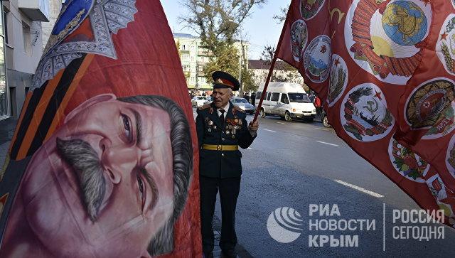 Участник шествия в честь 100-летия Великой Октябрьской социалистической революции в Симферополе
