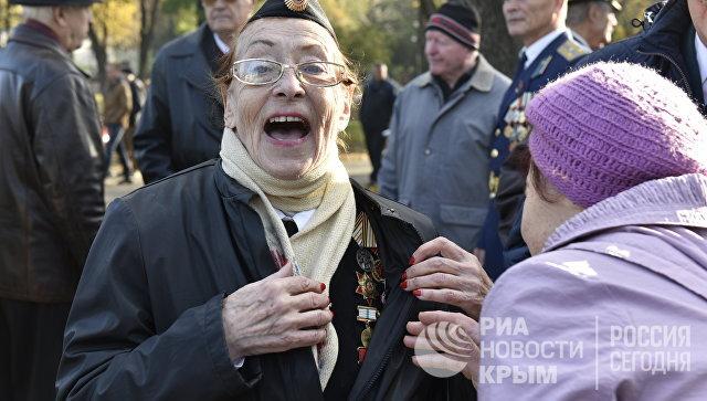 Участницы шествия в честь 100-летия Великой Октябрьской социалистической революции в Симферополе