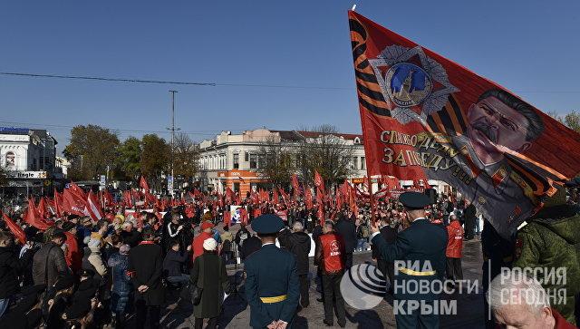 Участники митинга в честь 100-летия Великой Октябрьской социалистической революции на площади имени Ленина в Симферополе