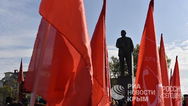 Митинг в честь 100-летия Великой Октябрьской социалистической революции на площади имени Ленина в Симферополе