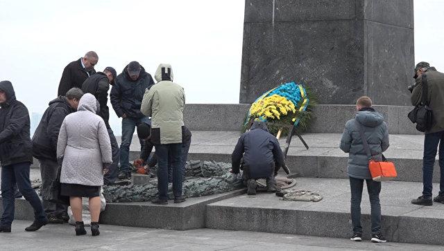 Рабочие ломами сбивали цемент с оскверненного Вечного огня в Киеве