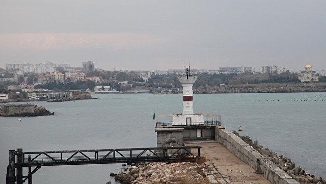 Мол на выходе из Севастопольской бухты на Северное стороне Севастополе. В районе двух молов планировался мост или тоннель