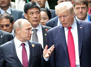Президент РФ Владимир Путин и президент США Дональд Трамп перед совместным фотографированием лидеров экономик форума Азиатско-Тихоокеанского экономического сотрудничества (АТЭС). 11 ноября 2017