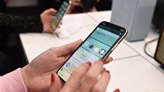 Покупатели рассматривают новый смартфон iPhone X