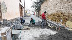 Рабочие укладывают дорожное покрытие на туристическом маршруте Малый Иерусалим в Евпатории