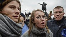 Журналистка Ксения Чудинова и телеведущая Ксения Собчак (слева направо) на митинге За образование и науку на площади Ленина в Санкт-Петербурге. 11 ноября 2017