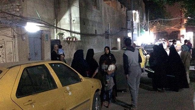 Люди на улице после афтершоков от землетрясения в Ираке. 12.11.2017