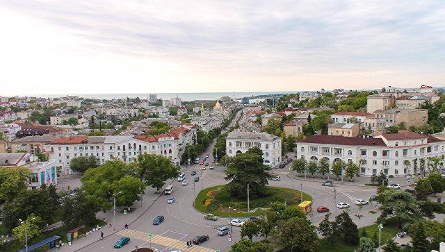 Фото руферов с видом на городские улицы с крыши одного из зданий в Севастополе