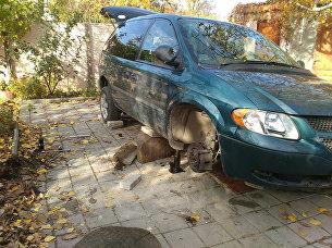 Автомобиль минивэн Dodge Caravan, который сорвался с домкрата и придавил владельца в Феодосии