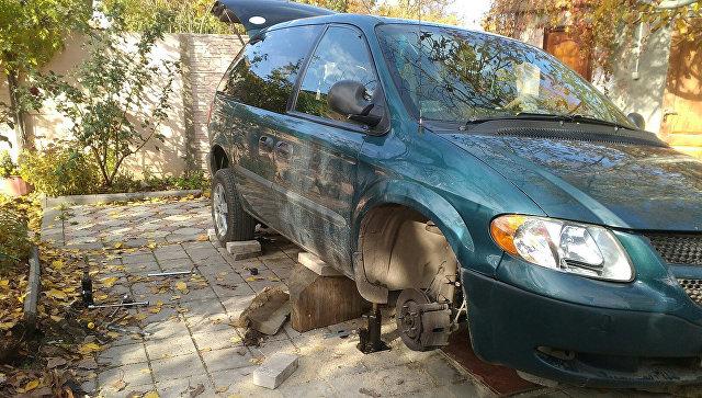 ВФеодосии мужчину придавил автомобиль. «КРЫМ-СПАС» подоспел вовремя
