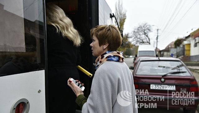 Министр ЖКХ Крыма Марина Горбатюк добирается на прием граждан в Симферополе на маршрутке