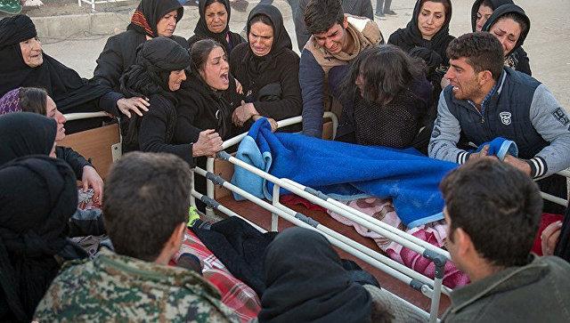 Пострадавшие после землетрясения в иранской провинции Керменшах. 13 ноября 2017 года