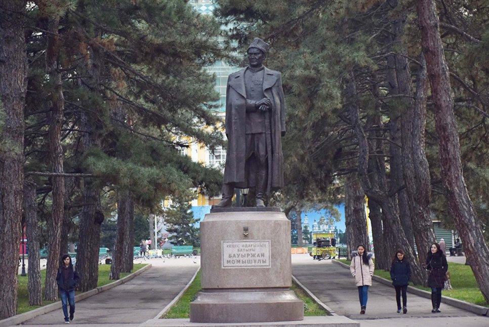 Памятник легендарного Бауыржана Момышулы в парке имени 28 гвардейцев-панфиловцев в Алма-Ате
