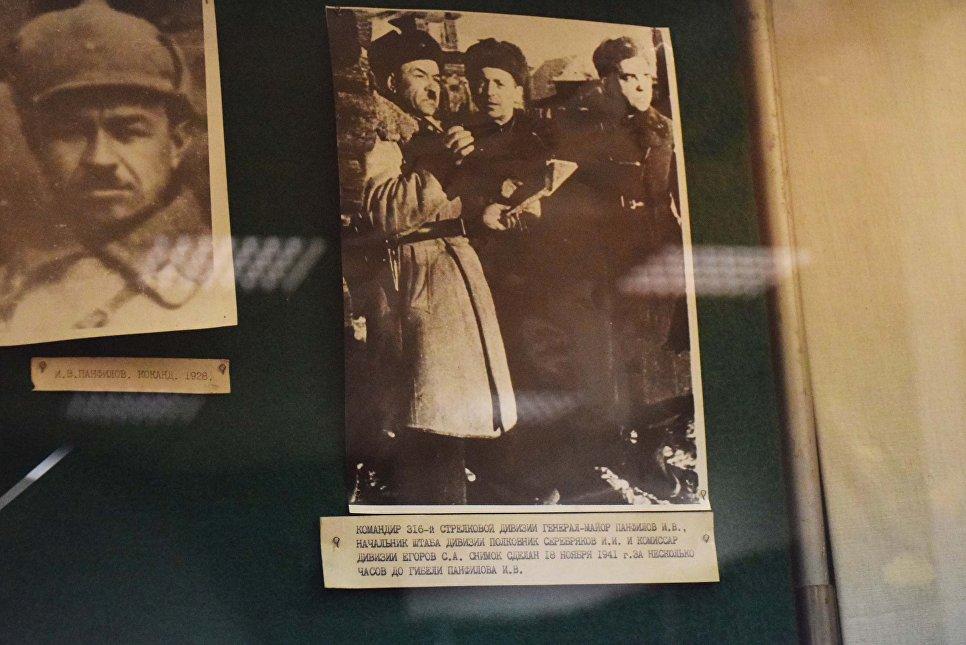 Фото Ивана Панфилова в Музее боевой славы в Доме офицеров в Алма-Ате