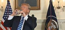 Скриншот с видео с YouTube. Президент США Дональд Трамп во время выступления решил попить воду из бутылки