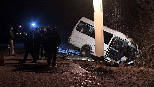 Работа сотрудников МЧС на месте столкновения микроавтобуса и лесовоза в Марий Эл