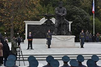 Президент России Владимир Путин на открытии памятника императору Александру III в Ливадийском дворце