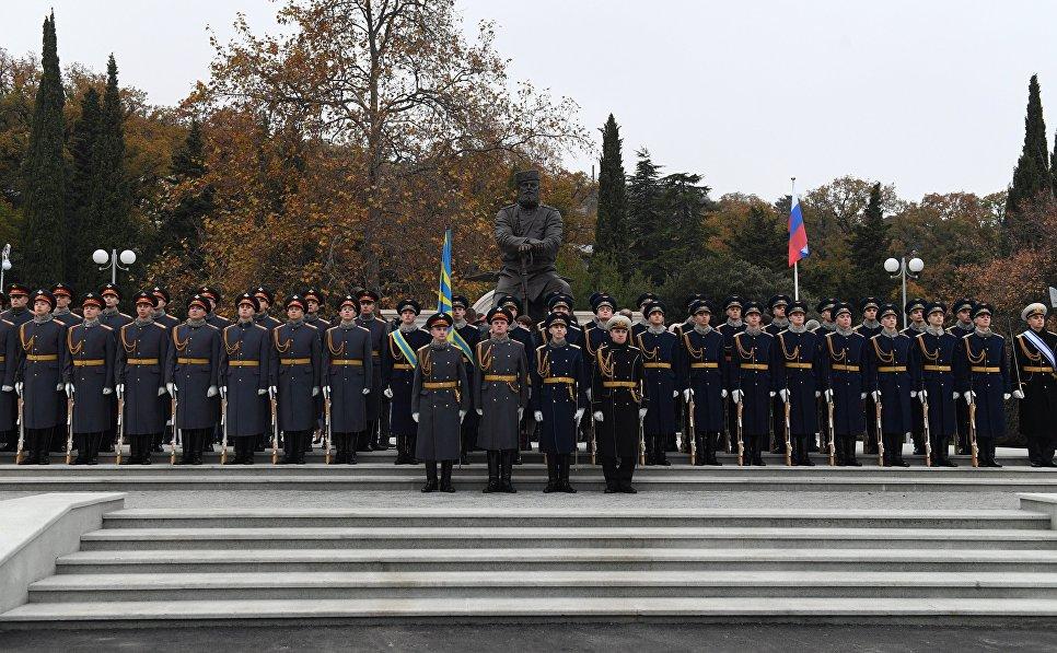 Почетный караул на церемонии открытия памятника Александру III в Ялте