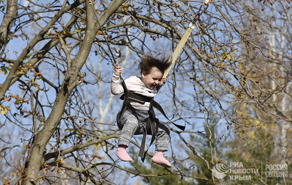 Ребенок на аттракционе в парке им. Гагарина в Симферополе