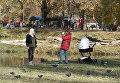 Девушки фотографируются в парке им. Гагарина в Симферополе