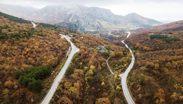Дорога в окрестностях поселка Солнечная долина в Крыму