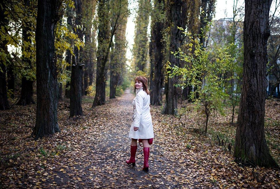 Осень в Крыму. Девушка гуляет в парке