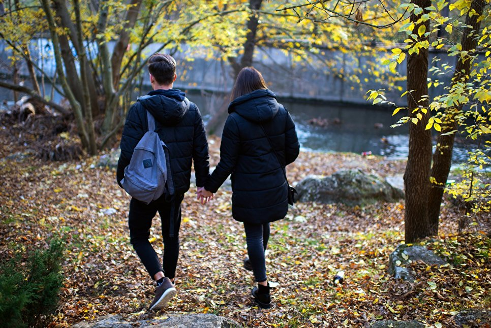 Молодые люди гуляет в одном из парков Симферополя. Влюбленные