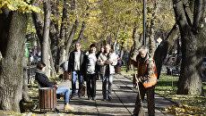 Дворник подметает тротуар в Симферополе. Осень