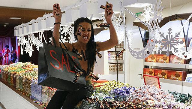Активистка Femen во время акции в магазине Roshen в Киеве