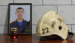 Созданный сослуживцами Давида Саруханова мемориал, установленный на территории отдельного поста 22-й пожарно-спасательной части 5-го отряда Федеральной противопожарной службы по РК