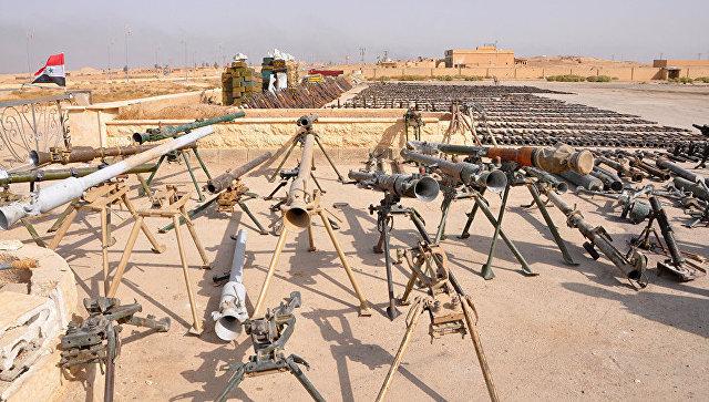 Оружие, захваченное сирийскими военными во время военной операции против боевиков ИГ* в районах провинции Дейр-эз-Зор. Архивное фото