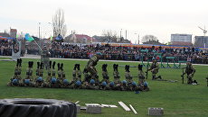 Показательное выступление бойцов во время оржественного открытия в Крыму 171 отдельного десантно-штурмового батальона 7-й гвардейской десантно-штурмовой дивизии (горной)
