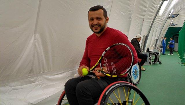 Сурен Эреджипов перед матчем в рамках Международного теннисного турнира Кубок первого президента России по теннису на колясках в Москве