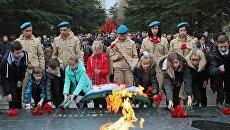 Дети возложили цветы к Мемориалу Могила Неизвестного солдата в парке имени Гагарина в Симферополе