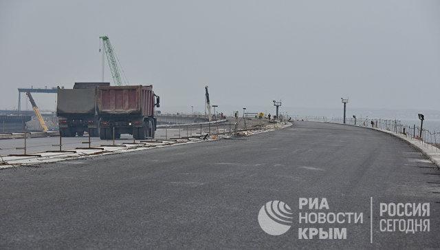 Укладка асфальта на мосту через Керченский пролив