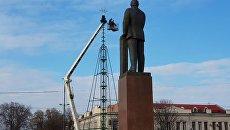 Установка главной елки Симферополя на площади имени Ленина