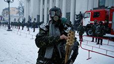 Участник акции протеста у здания Верховной Рады Украины