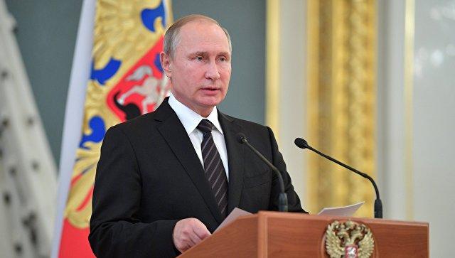 Президент РФ Владимир Путин выступает на встрече с выпускниками высших военных учебных заведений. Архивное фото