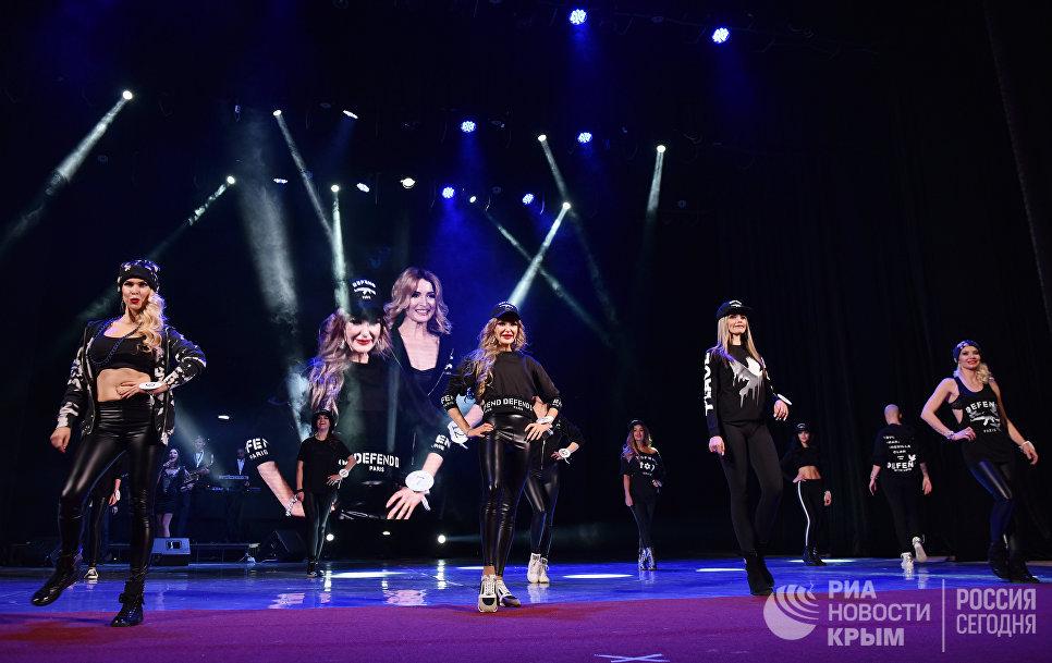 Участницы национального конкурса красоты и материнства Миссис Крыма 2017 во время дефиле в спортивных костюмах
