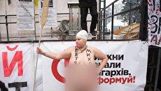 Активистка Femen во время акции у здания Верховной рады в Киеве. 7 декабря 2017