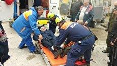 Оказание помощи мужчине, который упал в балку в Новом Свете