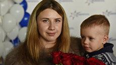 5-миллионный пассажир аэропорта Симферополь 2017 года, жительница Евпатории Евгения Драб с сыном