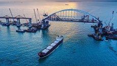 Арки автомобильного и железнодорожного пролетов строящегося Крымского моста над центральным фарватером в Керченском проливе
