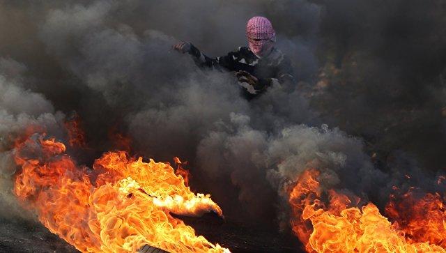 Протестующий во время столкновений на границе Палестины и Израиля