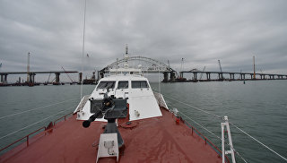 Вид на мост через Керченский пролив с пограничного катера-перехватчика проекта Соболь