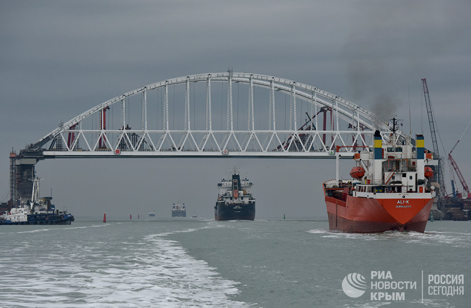 Суда проходят под арками моста через Керченский пролив