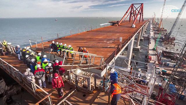 Соединение фарватерной арки и и первой оси автодорожной части моста через Керченский пролив. Архивное фото